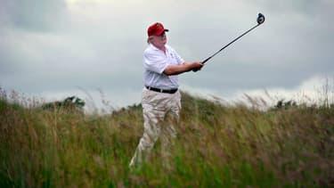 Donald Trump jouant au golf à Aberdeenshire en Ecosse, le 10 juillet 2012