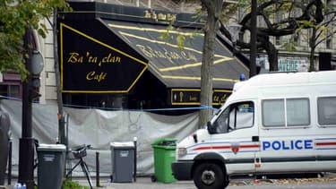 L'entrée du Bataclan est fermée d'une bâche blanche, après les attaques du 13 novembre qui ont fait 129 victimes à Paris et Saint-Denis.