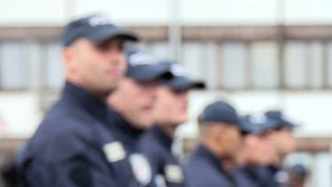 Des policiers attendent devant les locaux de la DDSP (Direction départementale de la Sécurité publique) le 30 septembre 2008 à Bobigny. (image d'illustration)