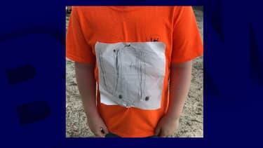 Le tee-shirt avec le logo de l'université du Tennessee reproduit par l'écolier.
