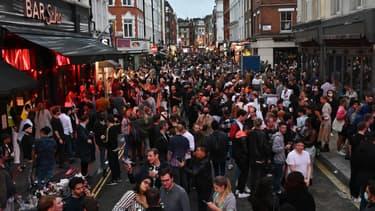 La foule dans les bars du quartier de Soho à Londres, ce samedi.