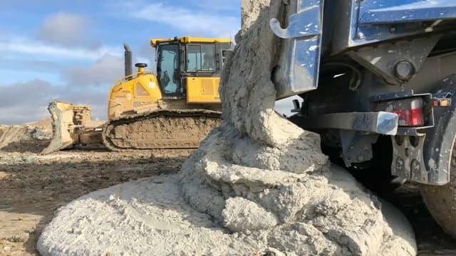 Extraites des chantiers du Grand Paris Express, des tonnes de terres sont déversées en Seine-et-Marne.