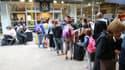 Des personnes font la queue devant un point d'information à la gare Montparnasse, le 30 juillet 2017 à Paris.