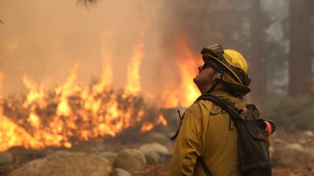 Un pompier faisant face au brasier