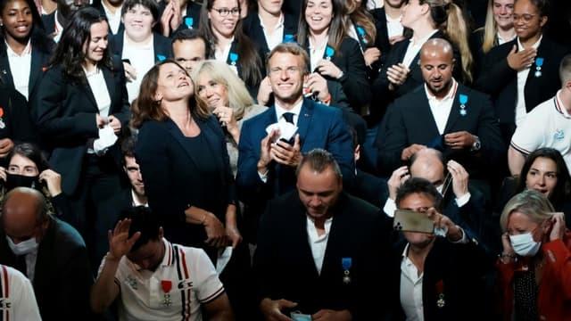 Emmanuel Macron et sa femme Brigitte Macron posent avec les athlètes français médaillés aux Jeux de Tokyo et récompensés lors d'une cérémonie à Paris, à l'Elysée, le 13 septembre 2021