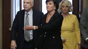 John McCain rentre au Sénat, atteint physiquement.