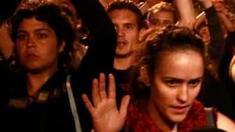 Le mouvement des Indignés espagnols a voté lundi la poursuite de l'occupation de la Puerta del Sol, dans le centre de Madrid, où ils protestent depuis des jours contre la gestion de la crise économique et financière. /Photo prise le 30 mai 2011/REUTERS/An