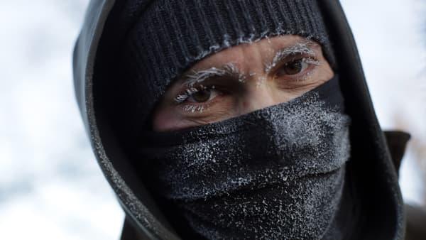 Les sourcils et les cils de Frank Lettiere ont gelés alors qu'il marchait le long du Lac Michigan, à Chicago le 30 janvier 2019