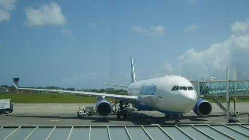 Un avion de la compagnie Air Caraïbes sur le tarmac de l'aéroport de Pointe-à-Pitre (photo d'illustration).