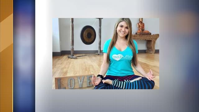 La jeune Sydney Aiello, âgée de 19 ans, en train de faire du yoga.