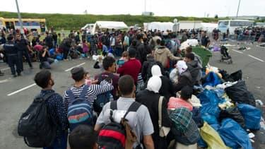 Des réfugiés arrivent aux abords du village autrichien de Heiligenkreuz près de la frontière avec la Hongrie, le 14 septembre 2015