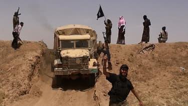 Cette photo diffusée le 11 juin 2014 par le compte jihadiste AlBaraka News sur Twitter montre des membres d'EIIL à la frontière entre la Syrie et l'Irak.