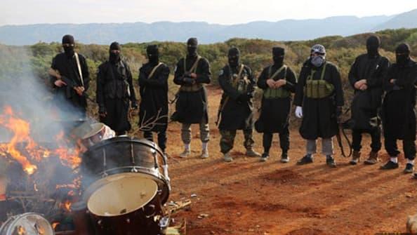 Des jihadistes de l'Etat islamique brûlent des instruments de musique, en Libye, selon des images de propagande diffusées en février 2015.