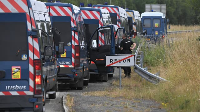 Des camions de la gendarmerie stationnés à la sortie de Redon, après une nuit de heurts avec des teufeurs samedi  19 juin 2021