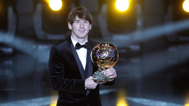 Lionel Messi pose avec son Ballon d'Or