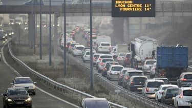 Difficile de se passer de la voiture, sept Français sur dix l'utilisent pour se rendre sur leur lieu de travail, selon l'Insee.