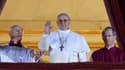 Le nouveau pape, Jorge Mario Bergoglio (au centre), rebaptisé François 1er..