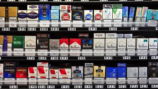 La France va instaurer le paquet de cigarettes neutre, sans logo ni signe distinctif de la marque.