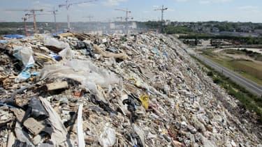 Photo prise le 12 mai 2011, montrant une imposante montagne de déchets d'une dizaine de mètres à Limeil-Brévannes, dans le Val-de-Marne
