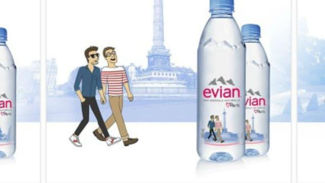 L'un des douze visuels des bouteilles d'Evian présentant des quartiers de Paris met en scène deux hommes se tenant la main