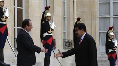 """François Hollande a annoncé mercredi vouloir signer un """"partenariat élargi"""" avec le Venezuela, pays dont il a reçu le nouveau président, Nicolas Maduro, en tournée en Europe. Le président français a dit vouloir renforcer les liens politiques, économiques,"""