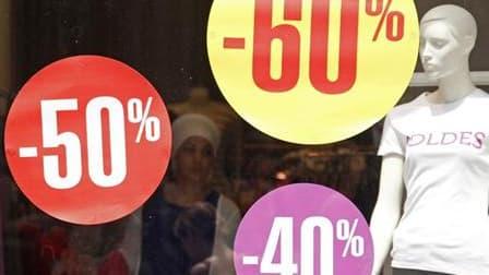 """Le bilan des soldes d'été qui ont pris fin ce week-end est """"globalement satisfaisant"""", estime Hervé Novelli, le secrétaire d'Etat en charge du Commerce, alors que les professionnels du secteur font état de ventes mitigées. /Photo prise le 30 juin 2010/REU"""