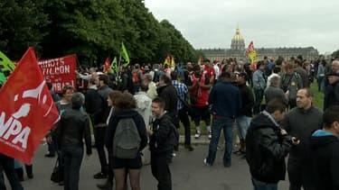 Des centaines de manifestants contre la réforme ferroviaire, beaucoup plus selon eux, sur l'esplanade des Invalides mardi 17 juin.