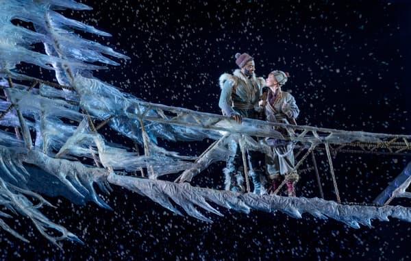 """Jelani Alladin (en Kristoff) et Patti Murin (en Anna) dans la comédie musicale """"La Reine des Neiges"""""""