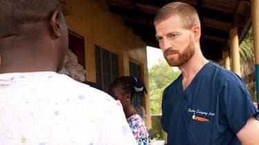 """Le Docteur Kent Brantly, ici au Liberia, été rappartrié aux Etats-Unis samedi et son état de santé """"paraît s'améliorer""""."""
