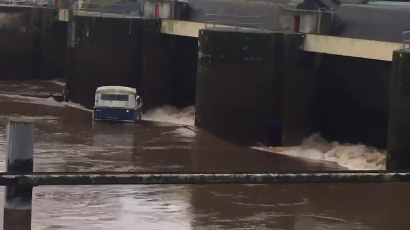 Un bateau se fracasse contre le barrage de Villeneuve-sur-Lot - Témoins BFMTV