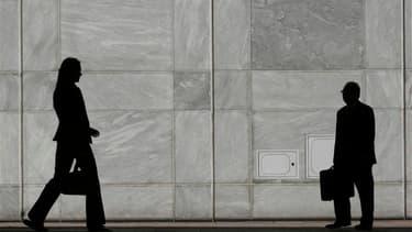 Le Parlement a adopté une loi qui prévoit un quota de 40% de personnes de même sexe dans les recrutements dans la haute administration française, qui se traduit dans les faits par l'instauration d'un quota de femmes puisque celles-ci sont très minoritaire