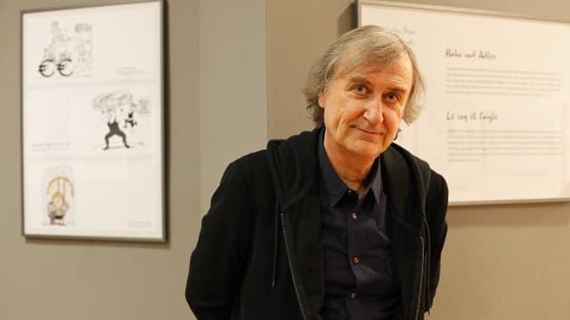 Le caricaturiste Jean Plantu pose à Berlin, le 30 mai 2013