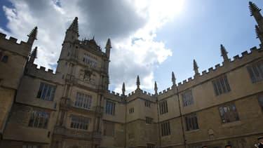 La jeune femme étudie à la célèbre Université d'Oxford