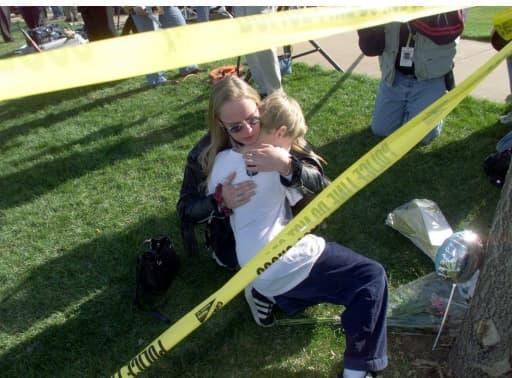 Rassemblement à la mémoire des victimes d'un massacre au lycée de Columbine à Littleton, Colorado le 21 avril 1999