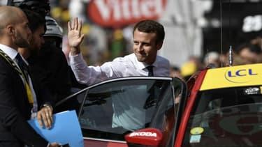 Emmanuel Macron sur le Tour de France en 2017.