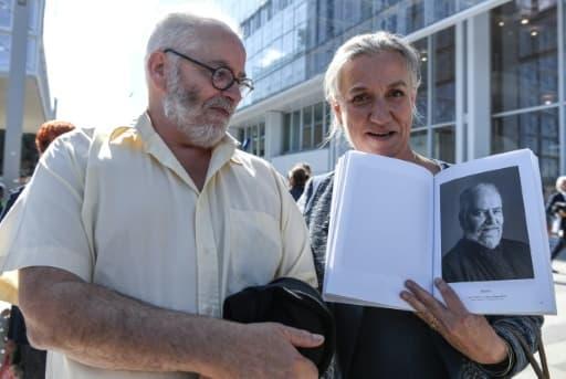Gaetan, un des plaignants, et Irène Frachon, la pneumologue qui avait la première alerté sur les risques du Mediator, le 23 septembre 2019 devant le nouveau palais de justice de Paris