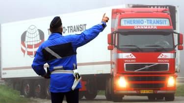 Selon le décret à paraître, le salaire versé au routier étranger arrivant en France, sera donc au minimum le Smic, les cotisations sociales, elles, resteront celles de son pays d'origine.