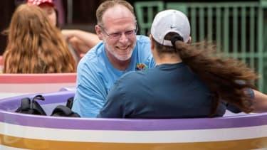 Photo fournie par Disney de Jeff Reitz sur un manège le 22 juin 2017 lors de sa 2.000ème visite du parc d'attractions Disneyland à Anaheim (Los Angeles)