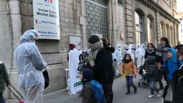 Les militants ont formé un cordon sanitaire symbolique.