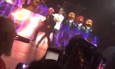Chance The Rapper surpris de voir un fan débarquer sur scène pendant son show à Miami, le 10 octobre 2016