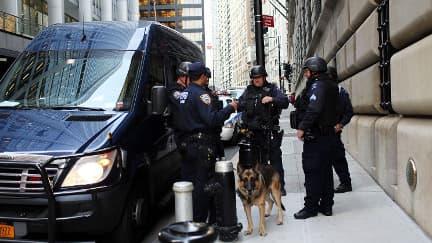 Des policiers devant la réserve fédérale américaine, le 17 octobre à New York.