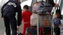 Famille roumaine raccompagnée à l'aéroport de Lille-Lesquin. La polémique entre la France et la Commission européenne au sujet des expulsions de Roms devait se clore vendredi, une fois formalisés les engagements pris cette semaine par Paris d'adapter sa l