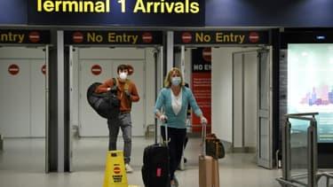 Des voyageurs arrivent au terminal 1 de l'aéroport de Manchester, le 8 juin 2020 au Royaume-Uni