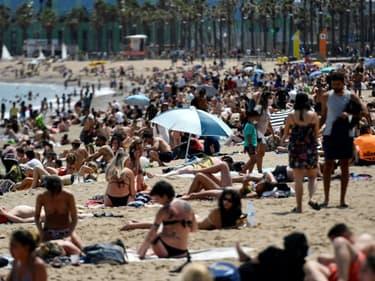 Bain de soleil sur une plage de Barcelone, le 6 juin 2021 en Espagne
