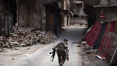 Un rebelle syrien dans les rues d'Alep, au nord de la Syrie.