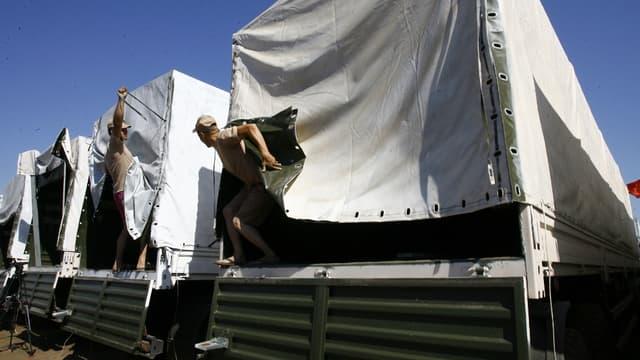 Les camions du convoi humanitaire russe ont passé la frontière avec l'Ukraine vendredi tôt dans la matinée.