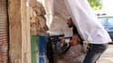 Dans le quartier à dominante sunnite de Bab al Tabbaneh à Tripoli, dans le nord du Liban. Des heurts entre sunnites et alaouites dans cette ville libanaise dans la nuit de lundi à mardi ont fait deux morts et une soixante de blessés. /Photo prise le 21 ao