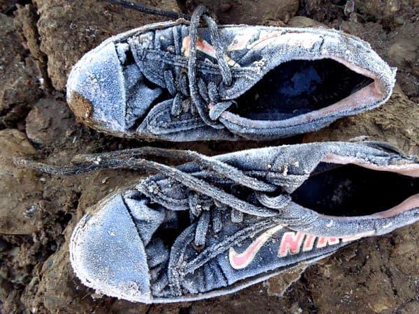 Photo prise par une stagiaire: des baskets gelées au petit matin.