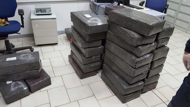 Photo fournie le 18 décembre 2017 par les douanes françaises montrant 1,3 tonne de cannabis découverte dans des canapés transportés en camion (photo d'illustration)