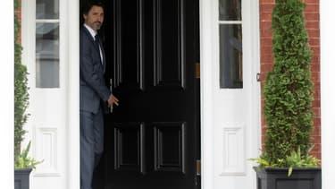 Le Premier ministre canadien Justin Trudeau sort de Rideau Cottage, sa résidence de fonction à Ottawa, pour son point de presse quotidien sur le coronavirus, le 25 juin 2020.